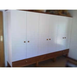 2,8m Wardrobe with white lacquered doors and sides and wooden knobs, legs and drawer fronts
